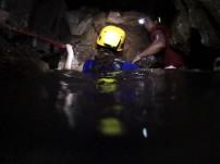 Фун-Фун: в одном месте нужно поднырнуть. Кстати, самое экстремальное время для посещения пещеры - в сентябре. В сезон дождей вода поднимается на 5 метров и идти по дну не получится.