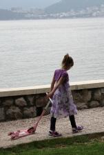Черногорская девчушка в розовых очках. Так она забавно волокла свой розовый самокат :)