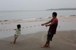 Папа с дочкой. Вечерняя рыбалка. Ham Tien, Vietnam