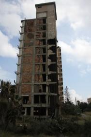 Здание с обвалившимся лифтом